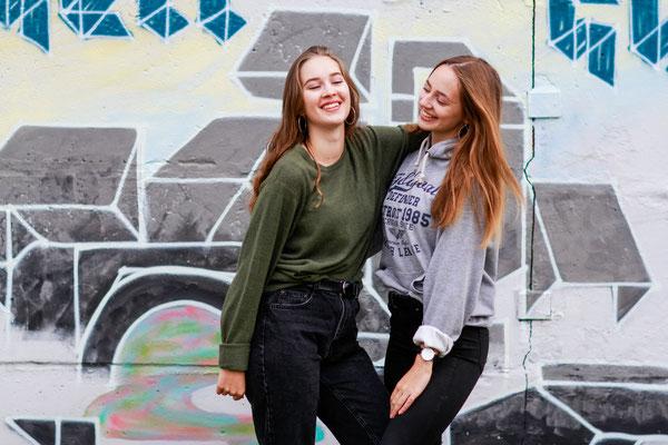 Freundschaftsshooting mit Mareike und Eva| Fashion Portrait, Freundinnen, Graffiti, Lächeln, outdoor, urban