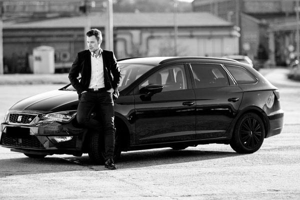 Männerportrait outdoor | Hendrikje Richert Fotografie| Neubrandenburg| Greifswald| Mecklenburg- Vorpommern| Anzug| Business| Industriegebiet| Mann| 85mm 1.2| Auto| Seat|