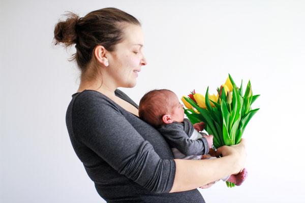 Familie| Newborn Shooting| Baby| Neugeborenes| Mutter und Baby| Mutter und Sohn| Tulpen| Frühling| Home Shooting| Hendrikje Richert Fotografie