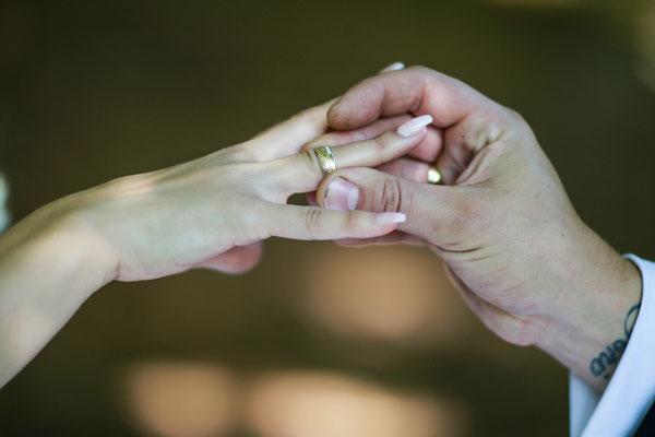 Hochzeiten| Hendrikje Richert Fotografie| outdoor, Feldberger Seenlandschaft, Ring, Ehering, Detailfoto