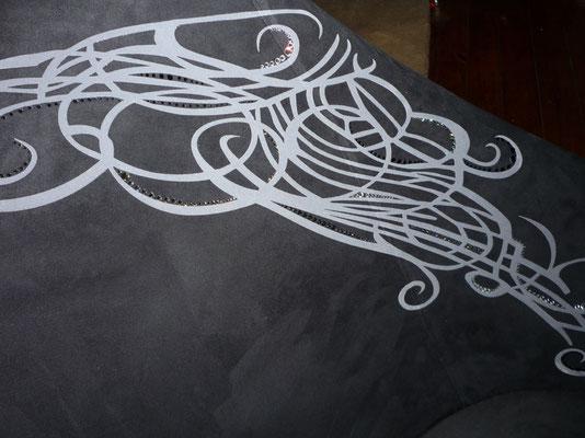 """Druckdesign mit """"Swarovski"""" -steinen in Handarbeit verziert"""