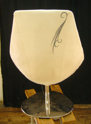 Rückenansicht des mit Mikrofaser und Transferdruck bezogenen Loungechair