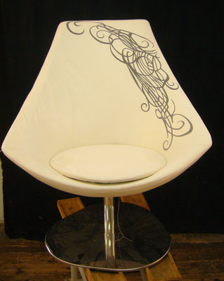 Frontansicht des mit Mikrofaser und Transferdruck bezogenen Loungechair