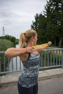 Schultertraining mit Miniband im Freien