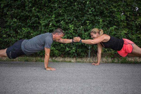 Partnertraining, Trainer mit Kunden beim Liegestütz