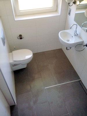 Ansicht von oben in  ein weißes, renoviertes Badezimmer.