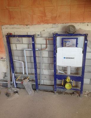 Untergestell von Spül- und Toiletteneinrichtung im Rohbau.