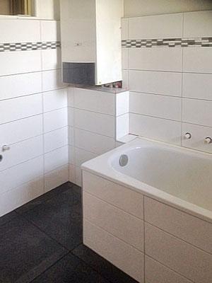Renoviertes Badezimmer mit Ornamentfliesen.