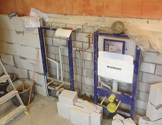 Fortschritt der Montage eines Untergestells der Toiletten.