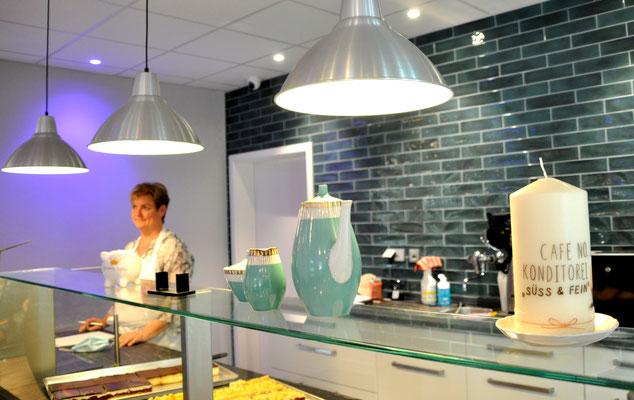 Konditormeisterin Kathleen Goedicke in ihrem Café No. 3 in Schmölau
