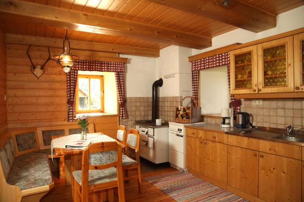 Fewo Blumenwiese - Wohnküche mit Holzherd und Essecke