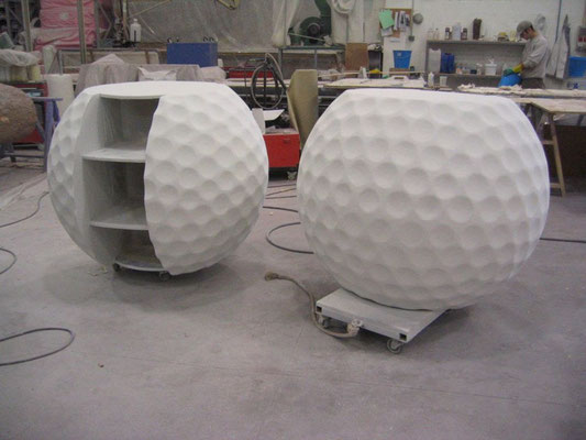Pelotas de Golf GIGANTES, interpretación como mesas atriles de información, en Feria