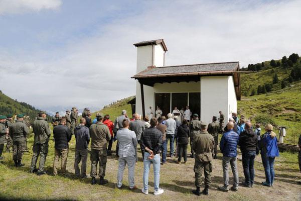 Zahlreiche Bedienstete und Gäste feierten mit der hohen Geistlichkeit einen Gottesdienst. Foto: MilKdo Tirol Gerhard Eller