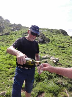 Auf dem Gipfel gibt es ein Glas Weisswein.