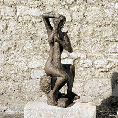Wander Bertoni  Titel: Sitzende Figur  Technik: Bronze, patiniert  Größe: Höhe 128 cm  Edition: Auflage 3  Jahr: Entwurf 1946