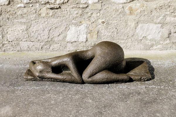 Wander Bertoni  Titel: Liegende  Technik: Bronze, patiniert  Größe: 36 x 140 cm  Edition: Auflage 3  Jahr: Entwurf 1947