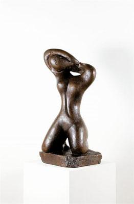 Wander Bertoni  Titel: Kämmende  Technik: Bronze, patiniert  Größe: Höhe 70 cm  Edition: Auflage 10  Jahr: Entwurf 1945