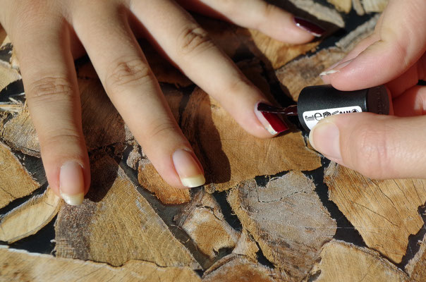 Herbstfarbe in ein bis zwei Schichten auftragen - Mit Top Coat versiegeln