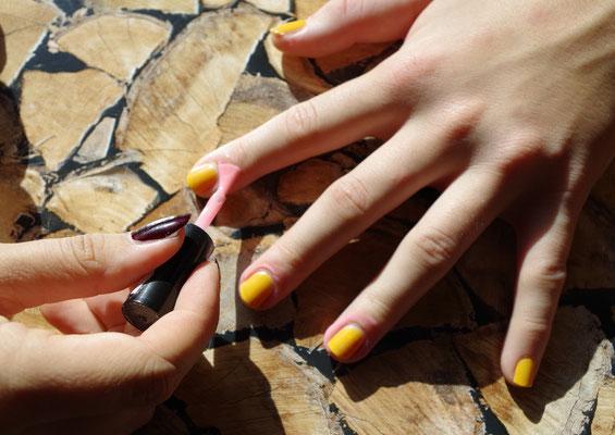 Nail Stop auftragen (gibt es teilweise in der Drogerie ansonsten online bestellen)
