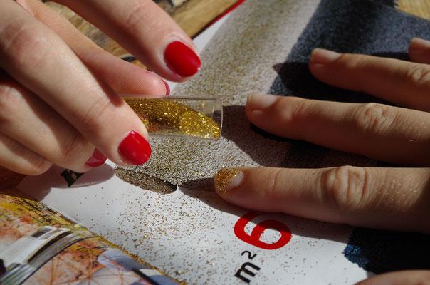 Goldglitzer auf den noch nassen Lack geben und antrocknen lassen