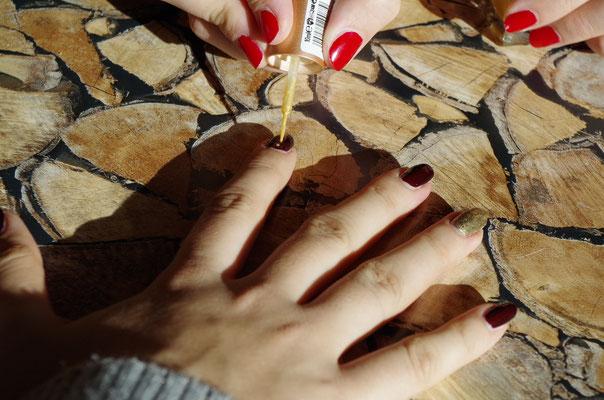 Auf einen weiteren beliebigen Finger zwei Punkte untereinander setzen (hierfür einen spitzen Pinsel, ein Nagelkit oder einen speziellen Lack mit spitzem Pinsel verwenden) - mit Top Coat versiegeln