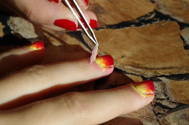 Nail Stop am besten mit einer Pinzette abziehen - mit Klarlack danach versiegeln