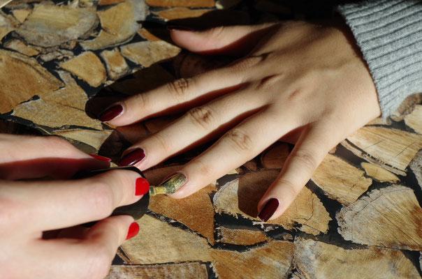 Einen beliebigen Finger (Bsp.: Ringfinger) mit Gold lackieren