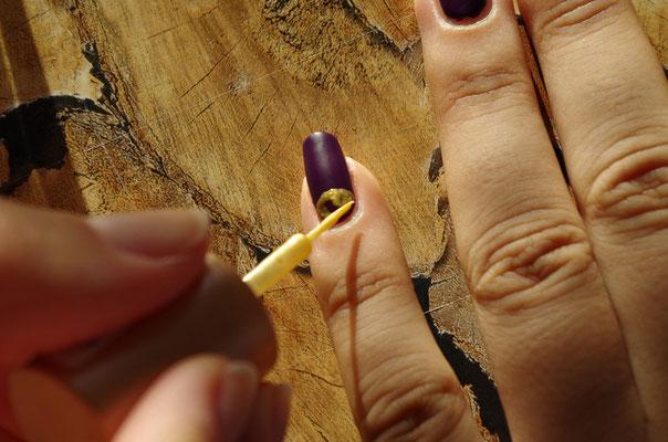 mit Gold einen Halbkreis vormalen (hierfür wieder Pinsel oder speziellen Lack mit extra dünnen Pinsel verwenden)
