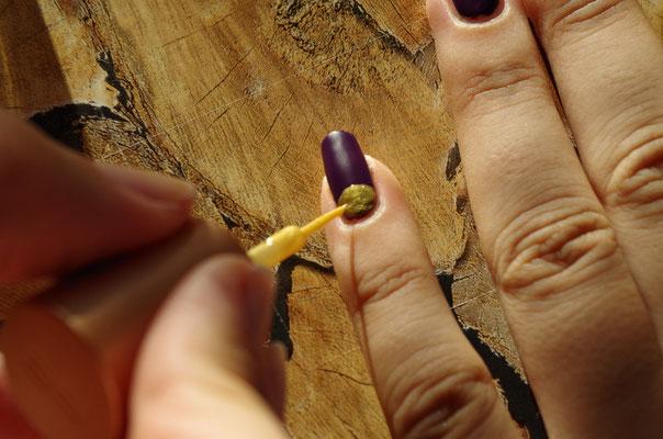 mit Gold den Halbkreis als Nagelmond füllen - keinen weiteren Top Coat verwenden, da der matte Effekt sonst verloren geht