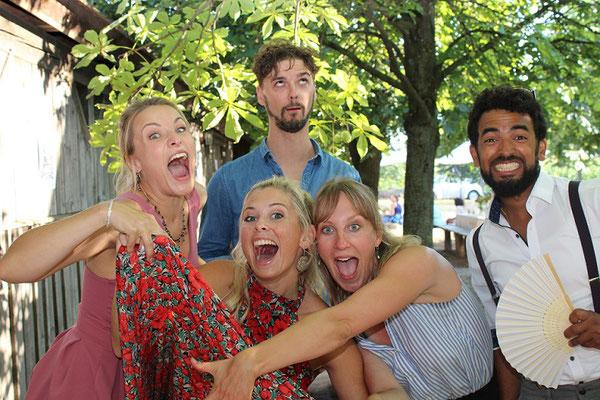 Freunde auf einer Hochzeit mit unserer Fotobox
