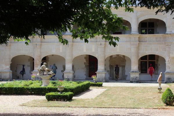 façade du château. Esprits des lieux: eau, terre, feu, air