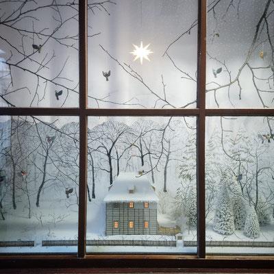 Winterliches Schaufenster mit einem beleuchteten Modell von Goethe's Gartenhaus. Winter 2020/21