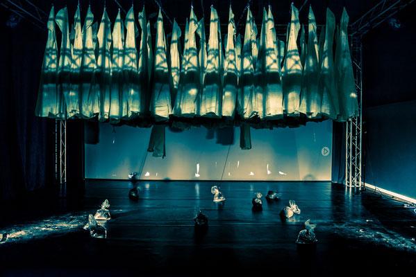 das wesentliche findet in der Mitte statt- Theater/Performance Foto: Axel Lambrette