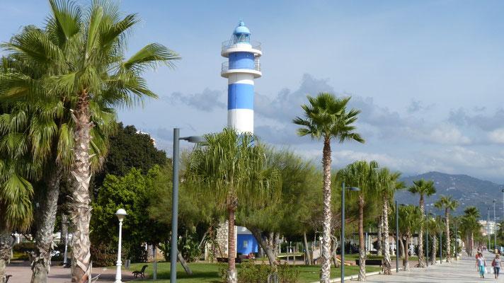 Der alte Leuchtturm von Torre del Mar direkt an der Strandpromenade