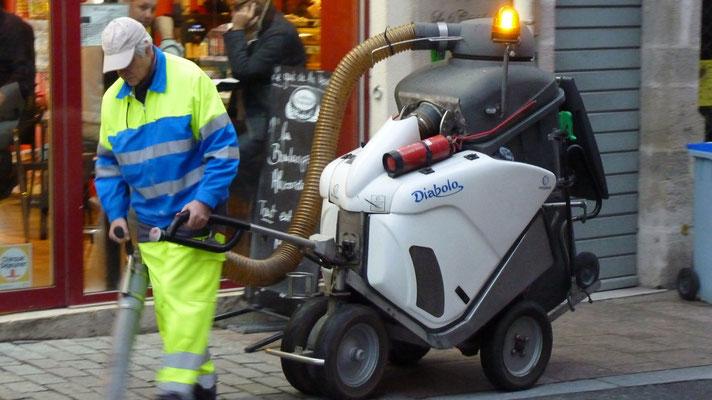 Ein Straßenfeger mit seinem Staubsauger, der alleine hinterherfährt. Und gar nicht laut