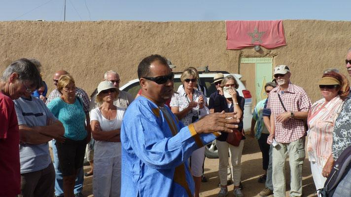 Unser Tourbegleiter Moha erläutert uns das Dorf der ehemals schwarzen Sklaven