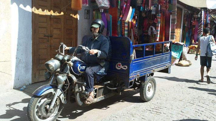 Solche dreirädrigen Transportfahrzeuge sieht man überall in Marokko