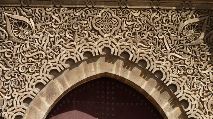 Stukkaturen über dem Eingangsportal der Moschee