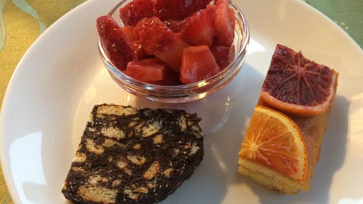 Nachtisch mit frischen Erdbeeren und 2 Kuchen