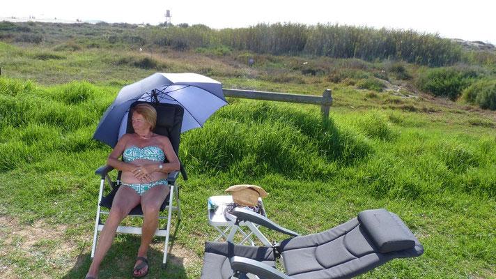 Gaby genießt den Schatten nach dem langen Strandspaziergang