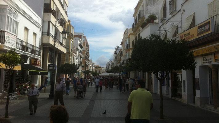 Mittags ist die Stadt voll mit Menschen. Ab 14:00 ist für 4 Stunden Siesta