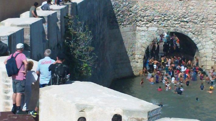 Die Jugend sprang von der Festungsmauer runter ins Wasser