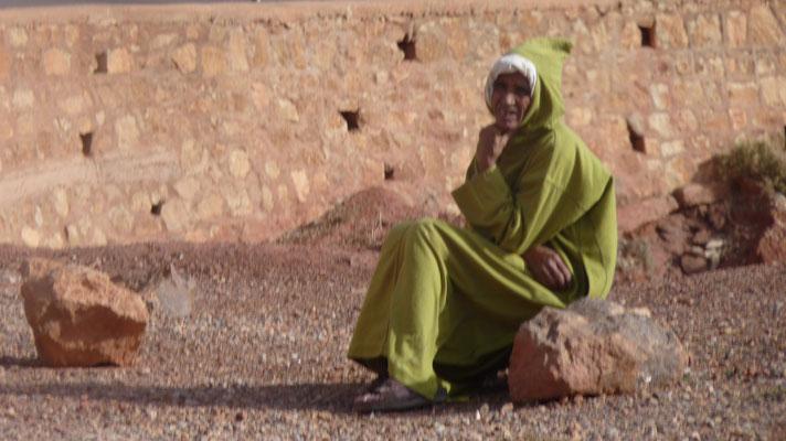 EIne Beduinenfrau am Straßenrand gönnt sich eine Pause. Üblicherweise arbeiten die Frauen und viele Männer sitzen im Cafe und palawern