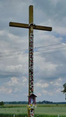 Im katholischen Polen stehen an den Straßen viele überdimensionale Holzkreuze