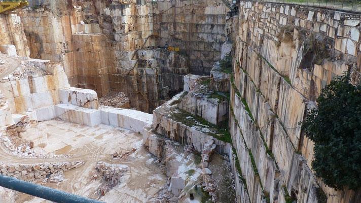 Eines von unzähligen Löchern rund um Vila Vicosa aus denen weißer Marmor abgebaut wird