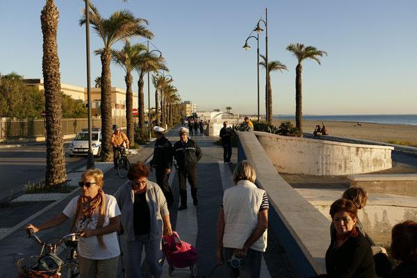 Viel los am Sonntag Spätnachmittag auf der Strandpromenade von Mondragone