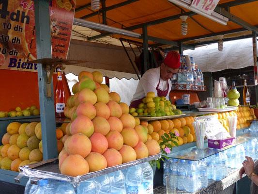 Überall kann man frisch gepressten Orangensaft für 1€ trinken. Einfach lecker