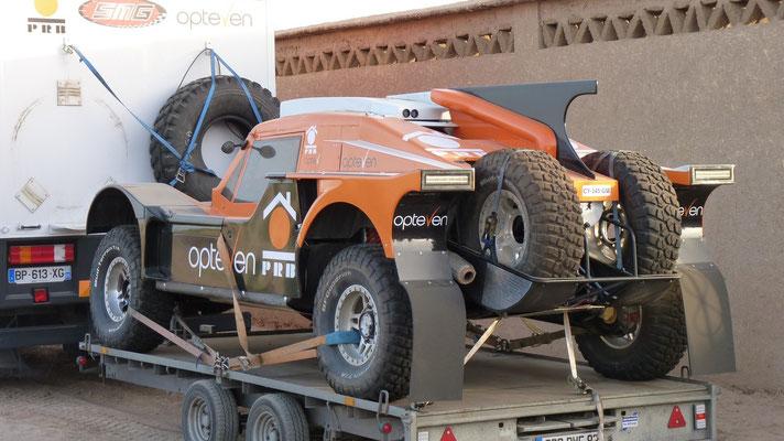 Dieses Fahrzeug hat schon 3 mal an Paris-Dakar teilgenommen. Sie sind hier um in der Wüste zu trainieren
