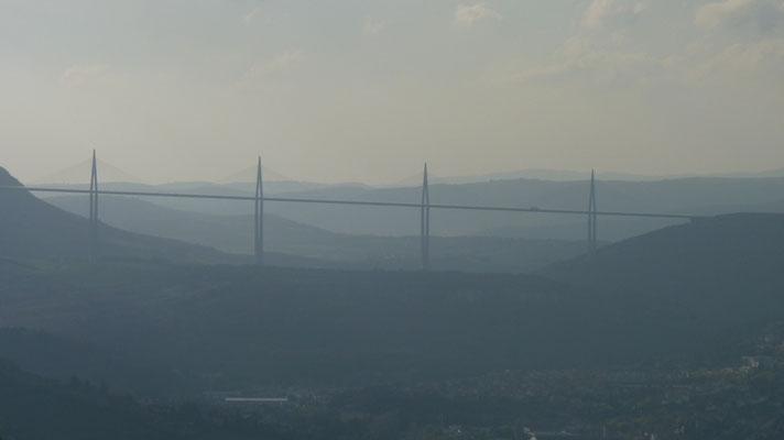 Gebührenpflichtige Autobahnbrücke bei Millau (Planungsbeginn 1976, Fertigstellung 2004)