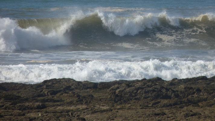 Wellen brechen sich vor unserem Campingplatz. Und es war Ebbe